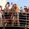 Anitta sobe no Bloco das Poderosas vestindo seu icônico biquíni de fita isolante