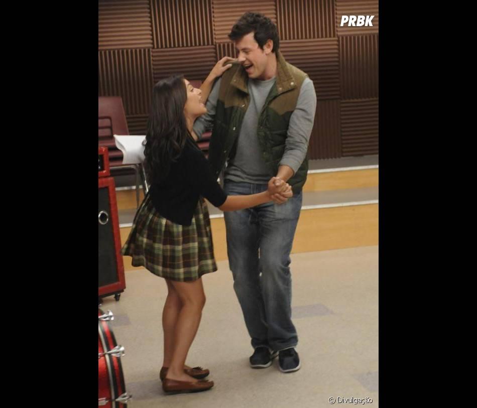"""No tributo que os atores de """"Glee"""" filmaram, Lea Michele usou um cordão com o nome Finn em forma de pingente"""