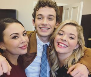 """De """"Pretty Little Liars: The Perfectionists"""": atrizes comemoram fim das gravações do episódio de estreia da série"""