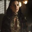 """Em """"Deus Salve o Rei"""": Amália (Marina Ruy Barbosa) fica furiosa ao descobrir que foi Catarina (Bruna Marquezine) quem armou para que ela fosse para a fogueira"""