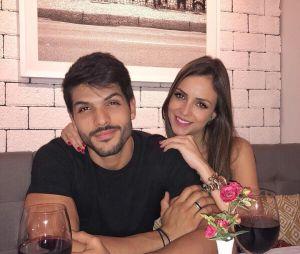 """Ex-""""BBB18"""" Lucas Fernandes postou foto em jantar após anunciar comeback do casal"""