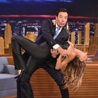 Gisele Bündchen faz ioga e dança com Jimmy Fallon em TV americana
