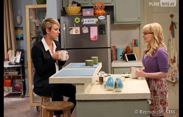 """Penny (Kaley Cuoco) decidiu dar um upgrade na carreira e foi buscar emprego na empresa que Bernadette (Melissa Rauch) trabalha em """"The Big Bang Theory"""""""