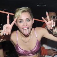 OMG! Miley Cyrus entra no clima de Halloween e decora abóboras com maconha e sexo