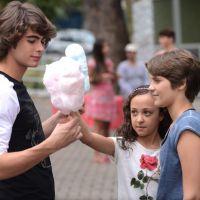 """Na novela """"Malhação"""": Karina e Pedro vão a um encontro no parque de diversões"""