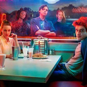 """Você precisa ver como Archie, Betty, Jughead e o elenco de """"Riverdale"""" é diferente dos quadrinhos"""