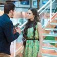 """Em """"O Tempo Não Para"""", Samuca (Nicolas Prattes) não acredita que Marocas (Juliana Paiva) está noiva de Emílio (João Baldasserini)"""