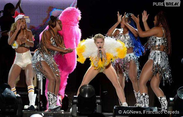 """Na apresentação da """"Bangerz Tour"""" em São Paulo, Miley Cyrus mandou ver nas coreografias com os dançarinos"""