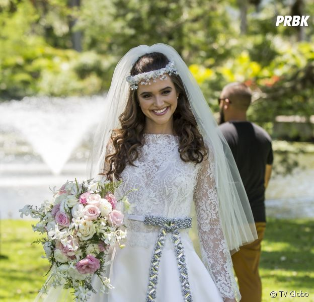 """Em """"O Tempo Não Para"""": Juliana Paiva aparece vestida de noiva para o casamento de Marocas"""