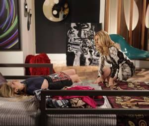 """Megan (Isabelle Drummond) é consolada por Pamela (Claudia Abreu) enquanto chora por Davi (Humberto Carrão) em """"Geração Brasil"""""""