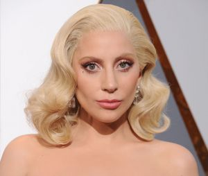 """Lady Gaga promete nunca mais trabalhar com R. Kelly e diz que irá tirar """"Do What U Want"""" de todas as plataformas"""