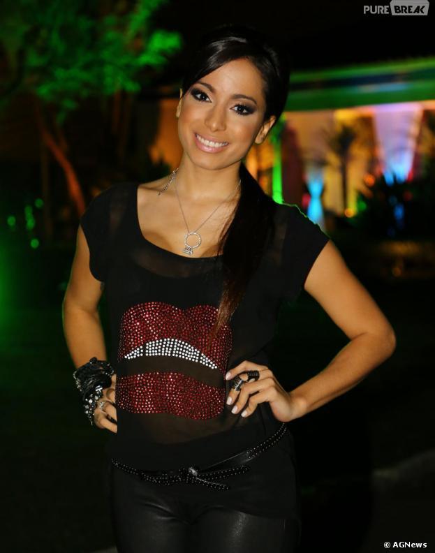Assessoria de imprensa da cantora Anitta afirma que foto em que a estrela aparece com as mãos nos seios é verdadeira. As outras são montagens