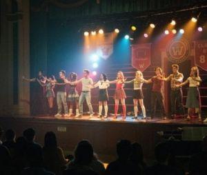 """Jughead (Cole Sprouse) aparece no palco nas fotos inéditas do episódio musical de """"Riverdale"""""""