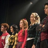 """Saíram fotos inéditas do episódio musical de """"Riverdale"""" e você já pode ver Jughead nos palcos"""