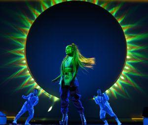 Ariana Grande caprichou no palco em formato de lua e muitas cores
