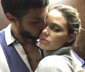 Laura Neiva teria anunciado que está grávida de Chay Suede