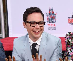 """Atores de """"The Big Bang Theory"""" mostram mãos sujas após serem adicionados a Calçada da Fama"""