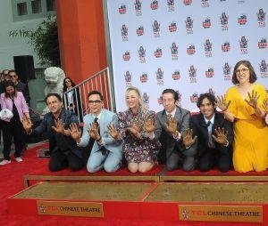 """""""The Big Bang Theory"""": atores aparecem felizes após terem nomes incluídos na Calçada da Fama"""