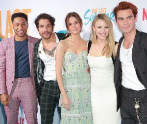 """Com estrelas de """"Riverdale"""" e """"Teen Wolf"""", """"Nosso Último Verão"""" está disponível na Netflix"""