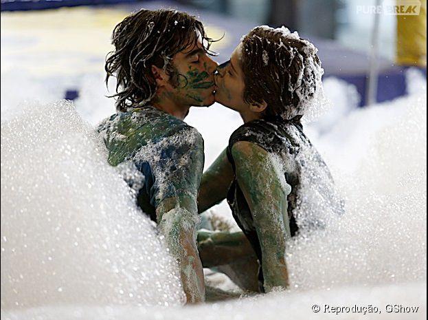"""Pedro (Rafael Vitti) e Karina (Isabella Santoni) trocam beijos na espuma, em """"Malhação"""""""