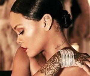 Rihanna se atrapalhou na hora de tatuar e colocou a frase ao contrário. Quem nunca?