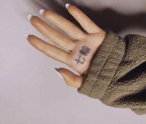 """Ariana Grande tem uma tatuagem na mão que deveria significar """"7 rings"""" de acabou sendo """"dedo japonês de churrasco"""". Normal."""