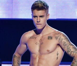 Justin Bieber tatuou 1975 em algarismos romanos como I IX VII V em vez do correto MCMLXXV