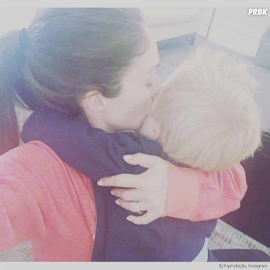 """Anahi ficou toda orgulhosa do filho, Manuel, cantando """"Rebelde"""""""