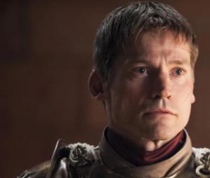"""Em """"Game of Thrones"""":Jaime Lannister(Nikolaj Coster Waldau) aparece com a mão direita inteirinha na 5ª temporada, mesmo depois dela ter sido decepada"""