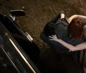 """Em """"Riverdale"""": Betty (Lili Reinhart), Veronica (Camila Mendes) e Archie (KJ Apa) jogam gorro de Jughead (Cole Sprouse) no fogo"""