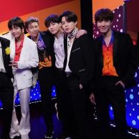 "BTS, Jonas Brothers e Taylor Swift animaram a final do ""The Voice USA"" e foi simplesmente impecável"