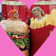 """Taylor Swift e Katy Perry são hambúrguer e batata frita no clipe de """"You Need To Calm Down"""""""
