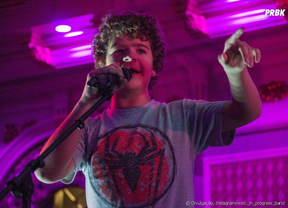 """Dustin de """"Stranger Things"""" tem uma banda e eles lançaram músicas nesta sexta (5). Ouça """"  Dream Eater"""" e """"Waste My Time"""""""