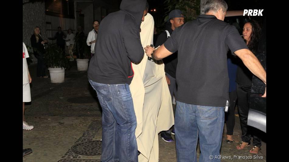 O astro teen Justin Bieber chegou no Brasil na sexta-feira, 1º de novembro de 2013, e de noite foi a um prostíbulo e deixou o local com duas mulheres