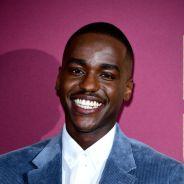 """Ncuti Gatwa, o Eric de """"Sex Education"""", não tinha onde morar antes de entrar para o elenco da série"""