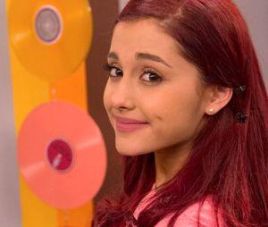 """Ariana Grande posta fotos do elenco de """"Brilahnte Victória"""" em homenagem aos 10 anos da série"""
