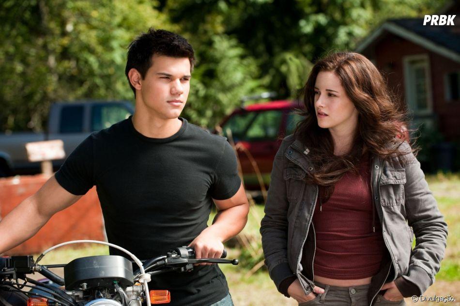 "Ao longo de ""A Saga Crepúsculo"",Bella (Kristen Stewart) e Jacob (Taylor Lautner) também se envolveram e formaram um triângulo amoroso comEdward (Robert Pattinson)"