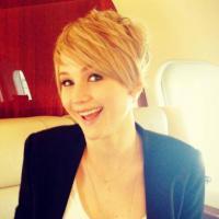 "Jennifer Lawrence radicaliza no visual e adere ao corte ""joãozinho"". Relembre looks da atriz"