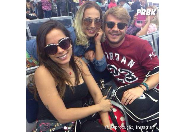 Valesca e Anitta posam juntas para selfie no aeroporto