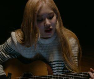 """""""BLACKPINK: Light Up The Sky"""": Rosé mostra como gosta de cantar e compor quando está sozinha"""
