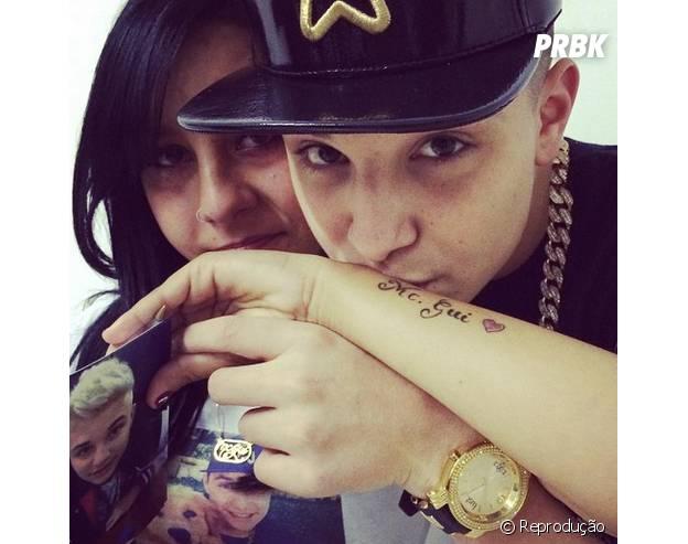 Mc Gui dá beijo em tatuagem de fã em sua homenagem
