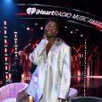 Lil Nas X aposta em conjunto holográfico e salto alto em premiação; Cantor combina visual com sua sombra nos olhos