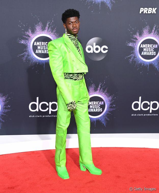 Lil Nas X mistura tendências e estampa de zebra com tom verde neon em look