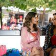 """As imagens divulgadas mostram Emily (Lily Collins) se divertindo ao lado de sua amiga Mindy (Ashley Park) e interagindo com outros personagens, mas não entregam muito da trama da 2ª temporada de""""Emily em Paris"""""""