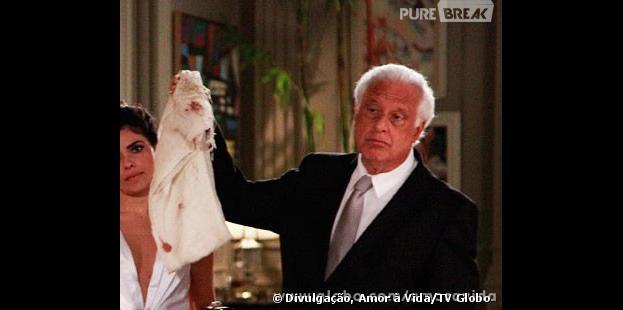 """César (Antônio Fagundes) mostrará para a família o lenço que Paloma (Paolla Oliveira) estava usando na noite em que Paulinha (Klara Castanho) nasceu em """"Amor à Vida"""""""