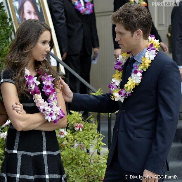 "Toby (Keegan Allen) conversa com Spencer (Troian Bellisario) em ""Pretty Little Liars"", que retorna nesta terça-feira (6)"