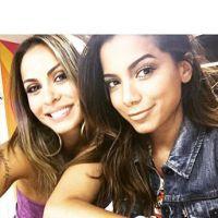 Anitta publica foto com Aline Rosa e faz contagem regressiva para Carnaval 2015!