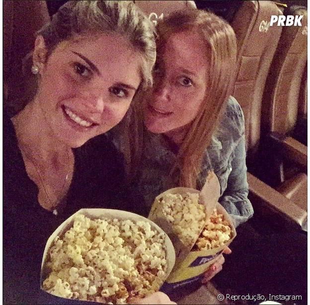 Bárbara Evans vai ao cinema com amiga