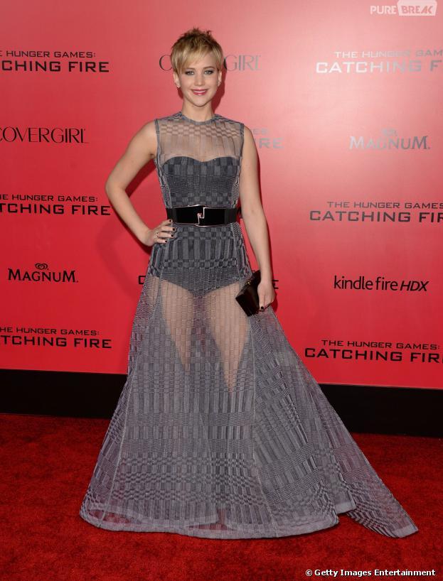 """Jennifer Lawrence ousou com look transparente na première de """"Em Chamas"""", segunda-feira (18), em Los Angeles"""