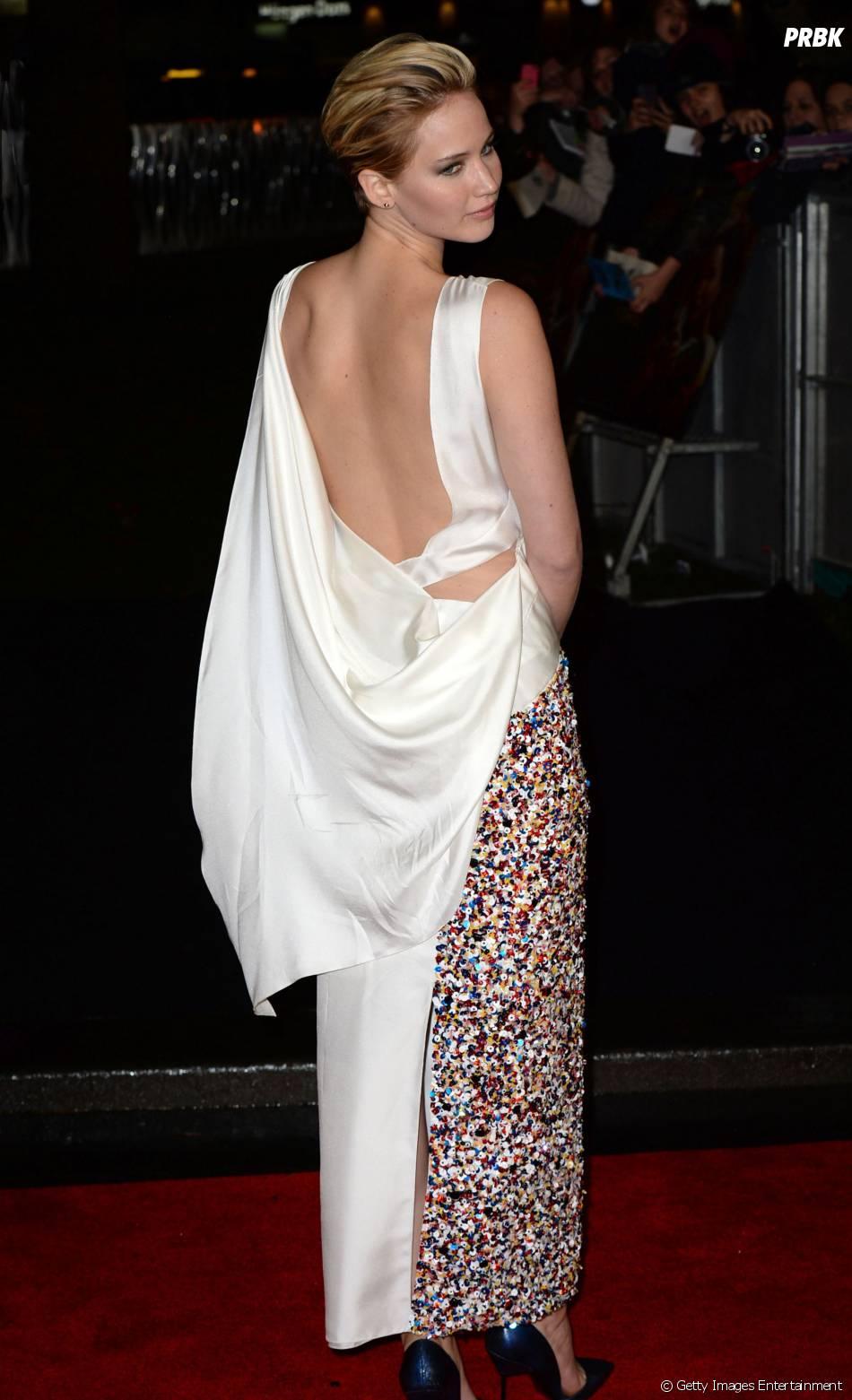 """A primeira première de """"Em Chamas"""" foi em Londres, dia 11, e Jennifer Lawrence ousou com uma longa fenda nas costas"""